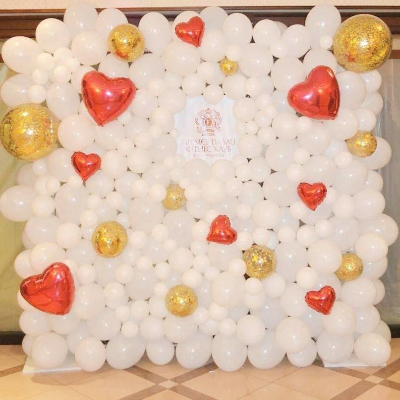 фотозона на свадьбу из шаров удобный диван, крутой